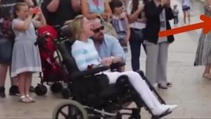 En fremmed mand gav en rose til en kvinde i en kørestol, og da hendes egen mand
