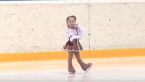 Denne 2,5-årige pige skøjter bedre end hun kan gå! Det er hvad man kan kalde ægt