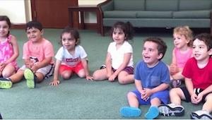 Musiklæreren bad eleverne i klassen om at klappe. Hold øje med den lille knægt i