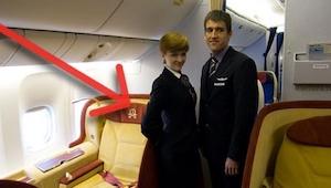 Hvorfor holder stewardesserne hænderne på ryggen, når de lader passagererne kom