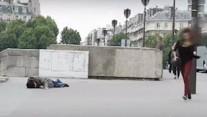En mand faldt på gaden og kaldte på hjælp. Når du ser hvad der sker efter bliver