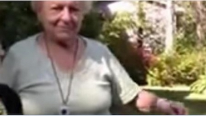 24-årig pige delte en indspilning med hendes bedstemor. 30 dage senere, vil tre