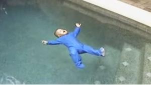 Deres barn faldt i poolen. Dit blod vil fryse til is når du hører, hvad der sker