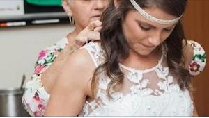 Med tungt hjerte tager hun sin bryllupskjole på, mens hun er på hospitalet. Hun