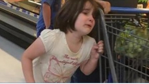Mens hun var i supermarkedet, hørte kvinden en pige, som skreg. Det, hun så, skr