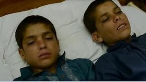 I løbet af dagen er disse brødre helt normale børn, men når det bliver nat, sker