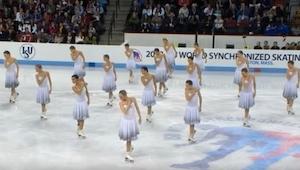 Da 16 kvindelige skøjteløbere stillede sig op på isen, mens Whitney Houstons mel
