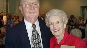 Hans kone dør i en alder af 83 år. To dage senere åbner han hendes tegnebog og f