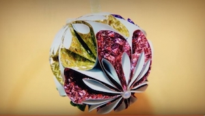 Vil I se, hvordan man laver den smukkeste julekugle af papir? Effekten er impone
