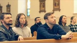 Seks mænd begynder at synge i en tom kirke. Jeg får gåsehud over hele kroppen!