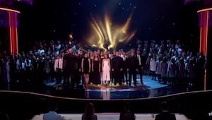 Tilskuerne holdt vejret et øjeblik, da 165 personer begyndte at synge DETTE hit