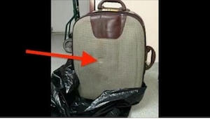 En eller anden smed en kuffert ud. Nu leder hele byen efter den person, så vedko