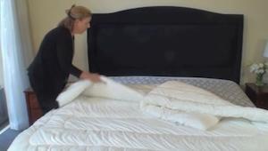 Hun lagde dynen på sengen uden dynebetræk, - og et øjeblik senere? ET GENIALT TR