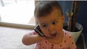Faren ville gerne høre sin lille datters stemme. Deres samtale har fået smilet f