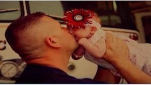 Brandmanden hjalp med hendes fødsel. Senere, da moren efterlod den lille pige, g
