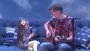 Faren begyndte at spille på guitaren og synge, men da hans 4-årige datter åbnede