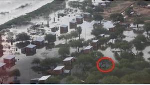 Kvinden filmede den ødelæggende oversvømmelse. Et par minutter senere kunne hun