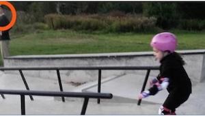 Hendes lille datter var det eneste barn på skateboard blandt en rygende og band