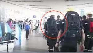 I lufthavnen var der ro og orden, men da det gik op for mængden hvem disse mænd