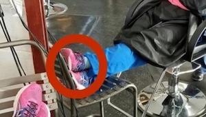 Sygeplejersken faldt i søvn i stolen i skønhedssalonen. Det, som frisøren så på