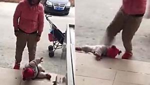 En mor begyndte at sparke sit eget barn. Hvad denne forbipasserende optog er for