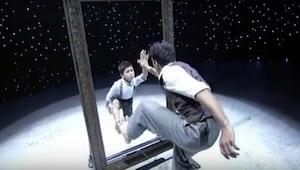 Manden gik frem til spejlet, efter et øjeblik tog hans optræden med den lille dr