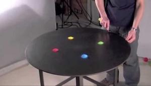 Han spredte farvet sand ud på bordet. Det han brugte det til er absolut charmere