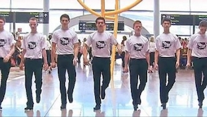 Passagerer i lufthavnen i Dublin blev chokeret da en gruppe på 60 mennesker plud