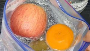 Jeg blev overrasket da han lagde frugt ned i posen fyldt med danskvand. Men nu,