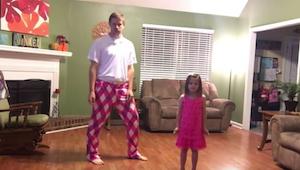 Far og datter beslutter sig for at filme hvordan de danser sammen. Dette er en i