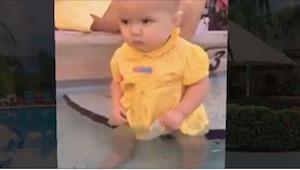En seks-måneder gammel pige faldt i vandet og hendes mor gjorde intet! Jeg tror