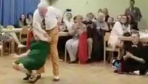En ældre mand byder sin partner op til dans. Efter 49 sekunder kunne ingen tage