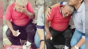 Denne mand sad flere timer på gaden, hvor han prøvede at sælge slik. Da en uken