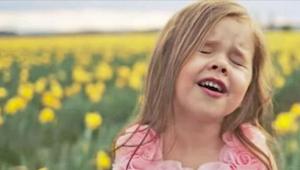 Hør denne 4-årige synge en smuk påske salme