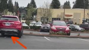 Manden parkerede på to parkeringspladser. Da han kom tilbage til sin bil, fik h