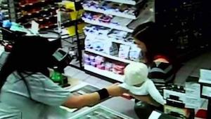 Kassedamen greb ud efter kundens barn - et par sekunder senere, skete noget uven