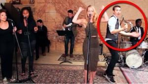 Den blonde forsanger er god, men vent til du ser hvad drengen med tamburinen gør