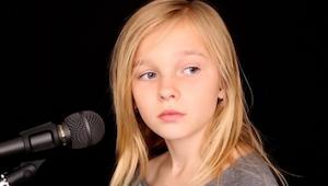 Når I hører, hvordan hun synger, vil I ikke tro på, at den pige kun er 11 år gam