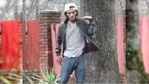 Den unge mand dansede på gaden. Man kan ikke fjerne blikket fra hans ben!
