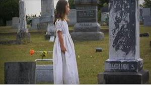 Hør denne 7-årige synge, det rører hjertet! Hør hende synge for sin døde mor.