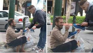 Den unge mand nærmer de hjemløse med en plasticpose i hånden. Det er, hvad han g