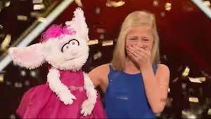 Den unge blondine putter sin hånd ind i dukken - hvad der sker efter et stykke t