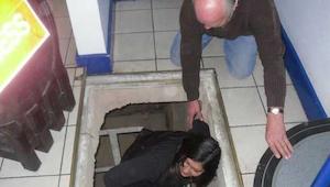 Da de byttede gulv fandt de en hemmelig passage til kælderen – hvad de fandt i d