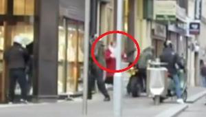 Tyvene stjæler fra juveleren, men se opmærksomt, hvad kvinden i den røde frakke