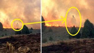 Far og søn ventede mens ilden fortærede deres hjem. Hvad de fik fotograferet i f