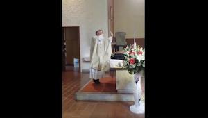 Bryllupsceremonien var i fuld gang, da præsten pludselig begyndte at opføre sig