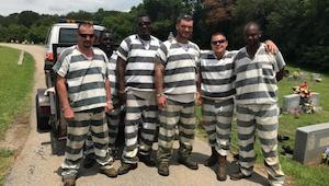 6 indsatte i fængslet bemærkede, at deres fangevogter havde mistet bevidstheden.