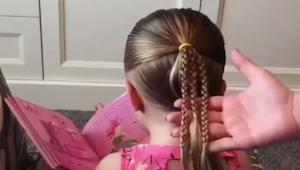 Hendes mor fletede hendes hår i 3 fletninger og derefter flettede hun dem sammen