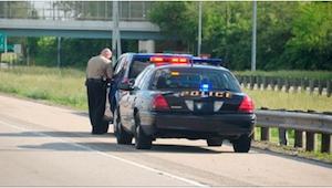 Faderen var at blive straffet for at have for mørke ruder i bilen, men så kigged