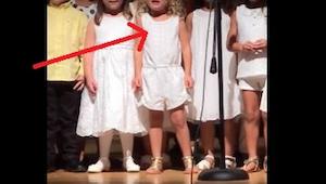 Fjern ikke øjnene fra pigen i midten; når børnehavebørnene begynder at synge, vi
